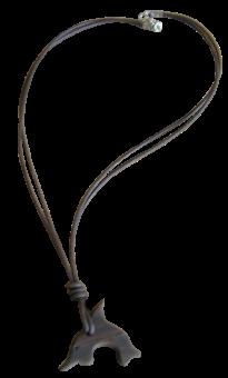 Halskette mit einem Delphinanhänger